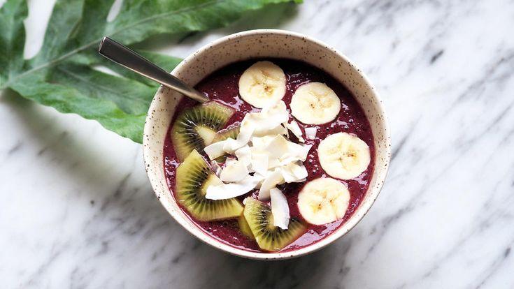"""""""Smoothie bowl"""" er en smoothie med litt tykkere konsistens som spises med skje. Den er perfekt å toppe med ekstra frukt, bær, hakkede nøtter eller kokosflak.    Du kan bruke valgfri type melk, og vil du gjøre smoothien melkefri kan du bruke kokoskrem i steden for yoghurt.    Bruker du frosne blåbær kan du droppe isbitene. Oppskriften gir to smoothie bowls."""