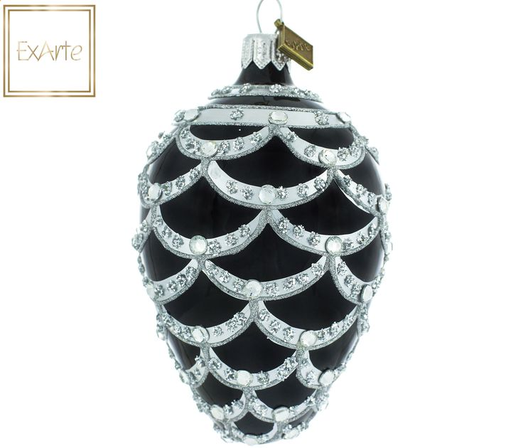 Szklane bombki choinkowe.  Jajko w kolorze głębokiej czerni ze wzorem srebrnej łuski. Dekoracja wykonana brokatowym wypukłym reliefem, podkreślona srebrnym lakierem i  kropkami ze srebrzystego brokatu płatkowego. Całości dopełniają kryształowe diamenciki. Egg in a deep black with pattern of silver scales. Decoration made of glitter convex relief, emphasized by silver varnish and dotted with silver flake glitter. It is complemented by crystal diamonds.