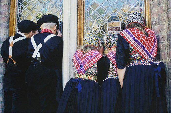 Henk van der Leeden (1941-) - Staphorster schoolkinderen in klederdracht 1999 - Catawiki