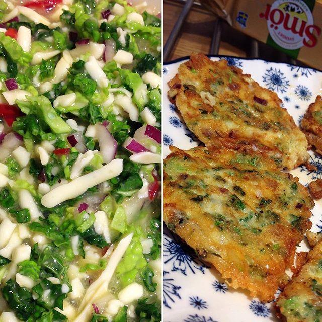 Lunch-plättar! 😋 Vegetariska med savoykål 🌿 chili 🌶 röd lök 🧀 ost 🥚 ägg! 👌🏻 Stekta i gott smör! 👩🏼🍳 #vegetariskalunchplättar #vegetariskt #vego #veggo #plättar #lunchplättar #lchfplättar #savoykål #chili #rödlök #ost #rivenost #ägg #saltochpeppar #smör #stektaigottsmör #arla #lågkolhydrat #lågkolhydratkost #lågkolhydratskost #lchf #lowcarb #lowcarbhighfat #liberallchf #selmaslchf