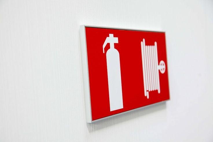 I-Sign vægskilt som infotavle vedrørende brand med information om lokation af brandslukker og brandslange.