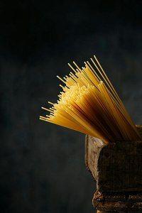 Спагетти и папарацци — это итальянские слова во множественном числе. Сами итальянцы одну нить макаронных изделий называют спагетто, фотографа-мужчину — папараццо, а женщину — папарацца.
