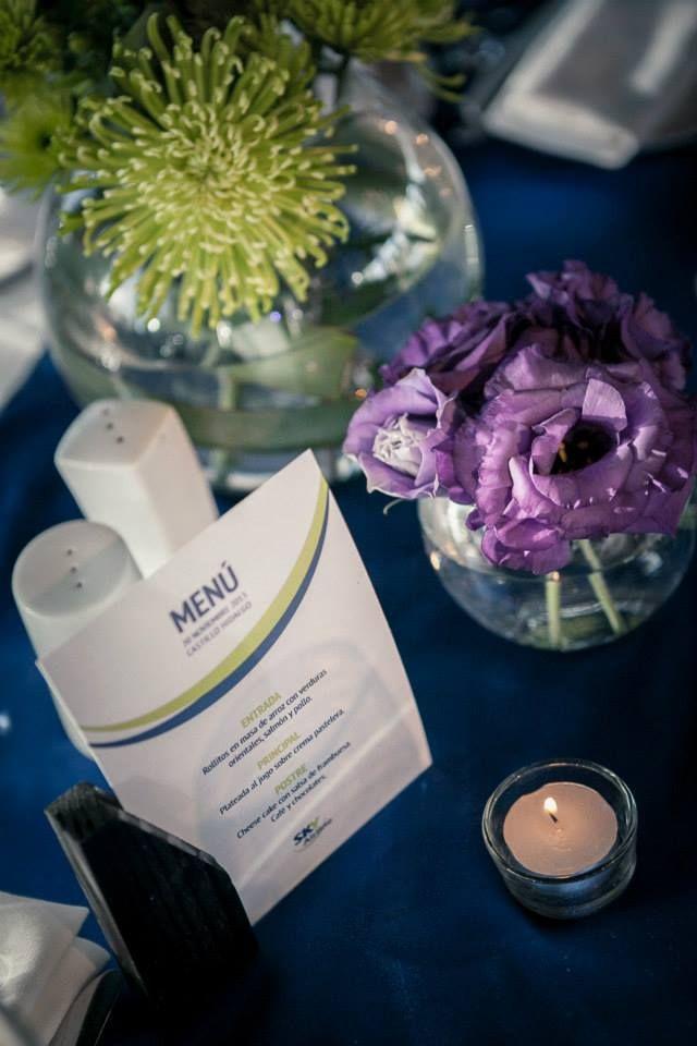 Menú, flores y velas para las mesas.