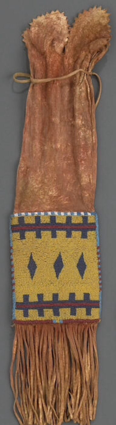 Сумка для табака, Черноногие. Б. Из Portland Art Museum, Портленд, Орегон. Затем в собственности Museum Acquisition Fund. Bonhams, декабрь 2010.