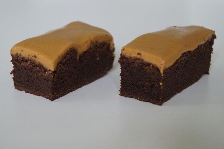 Superlækker, svampet chokoladekage med peanutglasur. Opskriften er uden mel og sukker og er derfor velegnet, hvis du lever efter low carb eller LCHF principperne.