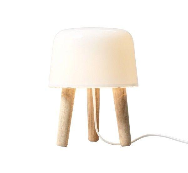 Milk, di And Tradition, è una lampada da tavolo che trova ispirazione nella tradizione nordica di combinare in legno ed il vetro insieme.  Milk può essere posizionata ovunque ed è ora disponibile anche con gambe in legno di quercia tinto nero.  Versione: Filo Bianco  Lampadina 1x max 40 W G9 alogena non inclusa - Dimmer