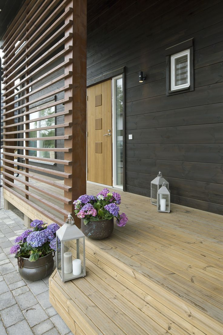 Honka Kaarna. Outdoor paint Roslagin mahonki by Uula, a mixture of tones Taateli and Hiili. Honka log homes.