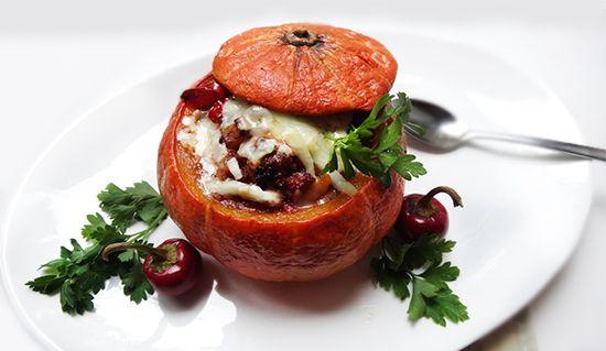 Чили в мини-тыквах с чеддером (Chile Mini Pumpkin with Cheddar Cheese): говядина, тыква, помидоры, белая фасоль, сыр чеддер