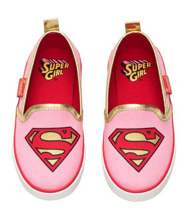 Pink/Supergirl. Slip-on shoes in cotton canvas with a printed motif at front. Gold-colored, shimmery trim around edge, loop at back, and a contrasting