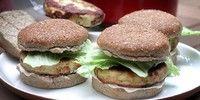 Hambúrguer de frango com cebolinha verde
