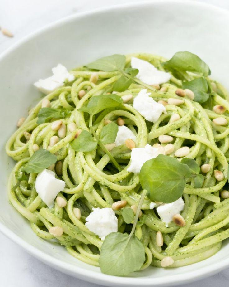Je kan van veel verschillende groenten en kruiden pesto maken. Wat denk je van een originele pesto met peperige waterkers en geitenkaas? Dit moet je proeven!