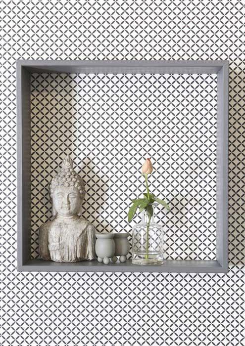 KARWEI   Een open wandkast ziet er meteen anders uit op een muur met een grafische print #wooninspiratie #behang #karwei