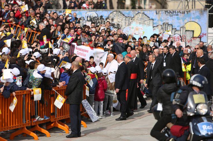 El Papa Francisco llegó a Nápoles (Italia) después de permanecer durante una hora en el Santuario de Pompeya y rezar ante el Santuario del Rosario. Allí invitó a las personas que lo esperaban a rezar un Ave María y a no olvidarse de él.