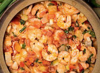 """Em menos de 15 minutos, você pode preparar a <a href=""""http://mdemulher.abril.com.br/culinaria/receitas/receita-de-moqueca-camarao-783933.shtml"""" target=""""_blank"""">moqueca de camarão</a> para diversificar o cardápio do jantar!"""