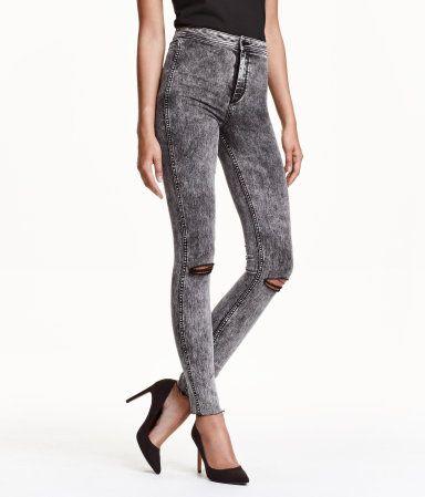 Ett par ankellånga jeans i stretchig, tvättad denim med hårt slitna detaljer. Jeansen har extra smala ben och hög midja.