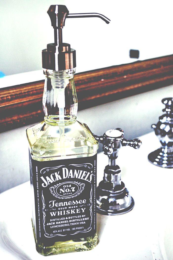 Super stoere en makkelijke DIY voor in je interieur: zeeppompje gemaakt met een lege Jack Daniels fles.