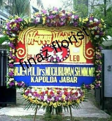Bunga Papan Pernikahan ini berukuran 2m x 1,50m dengan bunga kepala 3 titik dan lis bunga tebal. Toko Bunga Finaz, TOKO BUNGA MURAH menunggu pesanan Anda pada kontak yang telah disediakan.