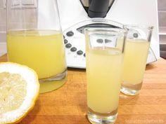 Cómo hacer limoncello en Thermomix. Receta de limoncello suave y agradable al paladar, con mucho limón. Sirve bien fría y a disfrutar en compañía