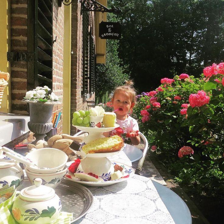 Toe aan een weekendje weg? Stadsboerderij de Teerplaats is een oergezellige bed & breakfast aan de rand van de parken Sonsbeek en Zypendaal en op loopafstand van het Arnhemse centrum. De kinderen kunnen knuffelen met de geitjes en verse eitjes eten van de kippen. Bij aankomst krijg je als welkom een heerlijke high tea aangeboden.  #kekmamamagazine #kekmama #magazine #mama #kids #kinderen #kind #benb #bedandbreakfast #arnhem #deteerplaats #stadboerderij #weekendweg #eropuit #hutspot #kekmama4