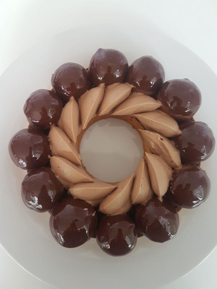 Dans la lignée duSaint Honoré Vanille, voici le Saint Honoré chocolat, qui est divinement bon. Je crois que j'ai trouvé mon nouveau terrain de jeu avec ces saints hô… Il est composé d…