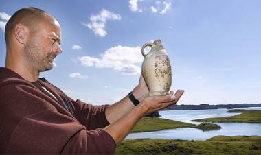 """""""Unike kulturminner vaskes bort"""". Endre Elvestad med Siegburgkrukke funnet i sjøen i Hansahavna på Avaldsnes. Aftenbladet 2010."""