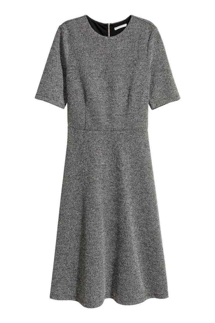 Платье из текстурной ткани: Платье длиной до середины икры из текстурной ткани из смесовой вискозы. У платья короткий рукав и отрезная талия. Широкая юбка. Сзади заметная молния. Верх на трикотажной подкладке.