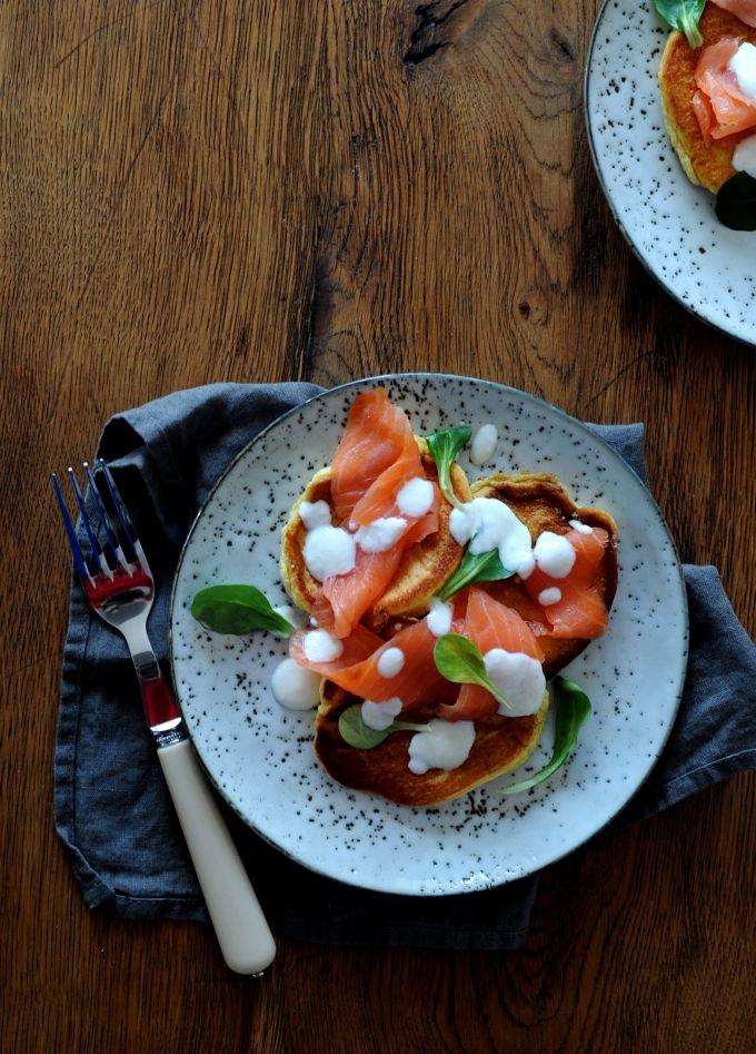 burczymiwbrzuchu: Śniadanie do łóżka #207: Mini omlety z łososiem i jogurtem chrzanowym