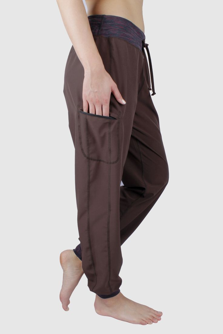 Stella #Pants in woven fabric. Brown. With a zipper pocket on the right side.