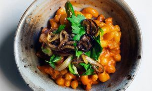 Cheap and chic: macaroni, chickpeas and tomato sauce.