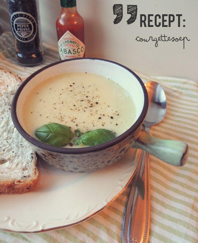 Toen ik een staafmixer kocht, was deze courgettesoep één van de eerste soepen die ik maakte naast de standaard tomatensoep. Daarna at ik het nog heel vaak, tot ik een keer hardcore buikgriep had. Ik had al zo'n twee dagen bijna niets gegeten en toen het weer wat beter ging, maakte ik deze soep. Je …