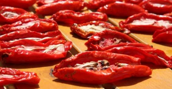 Pomodori grossi rossi essiccati al sole