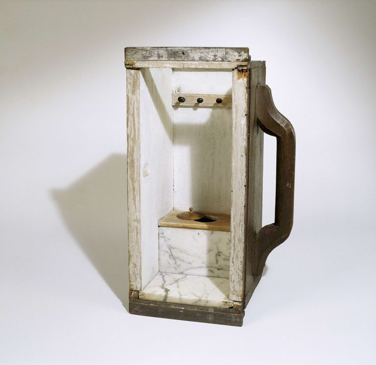 Ronde deksel met knop en vlakke onderkant, gedraaid uit esdoornhout. Mogelijk het deksel op het secreet gat., anoniem, 1680 - 1710