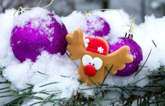 Ecco come fare in casa la neve finta perfetta per gli addobbi di Natale, creerà in casa la magia del freddo, del Natale, del tutto innevato
