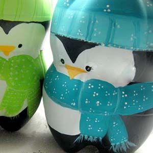 Reciclar botellas de plástico convirtiéndolas en simpáticos pingüinos. Aprovecha las botellas de refresco vacías con esta manualidad infantil