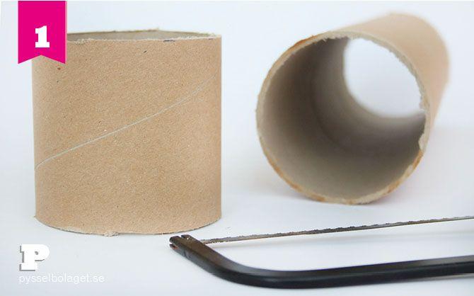 Pysselbutikerna säljer fina vita burkar i papper att måla och dekorer och dessa gillar vi mycket. Men vi gillar också, som ni vet, att använda lite otraditionella pysselmaterial så idag visar vi hur man kan pyssla ihop egna burkar av papprör och kartong. Det blir det två pyssel i ett – vi gör burkar och(...)