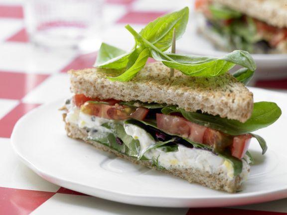 Tomaten-Sandwich mit würziger Eiercreme: Keine Lust auf Mittagspausen-Fastfood oder Kantinenessen? Die Sandwich mit Innenleben wird Sie begeistern!