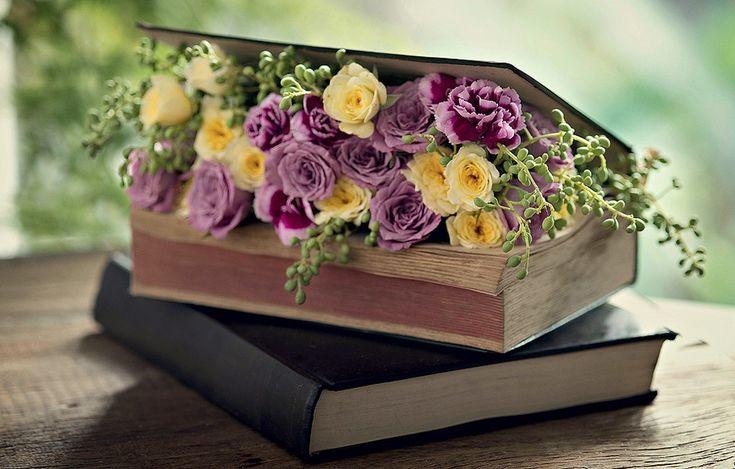 Com um estilete, faça uma cavidade retangular de 1,5 cm de profundidade nas páginas de um livro. Encaixe uma espuma floral embebida em água e forrada com filme plástico nesse espaço e espete as flores, cobrindo toda a espuma. Em sebos, você encontra livros antigos a preço de banana