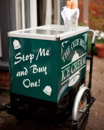 An old-fashioned ice cream truck is a great idea for a summer reception