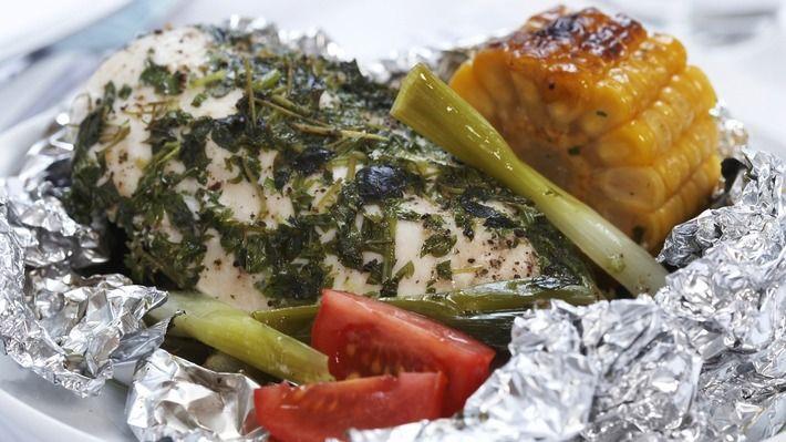 Foliegrillet kyllingfilet med urter - Rask - Oppskrifter - MatPrat