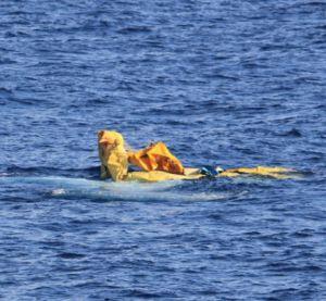 Continúa la búsqueda de 13 cubanos que naufragaron Su embarcación se perdió en el mar el pasado fin de semana, cerca de la Islas Vírgenes Británicas - Restos de una balsa de cubanos (Foto: Guardia Costera de EE.UU.)