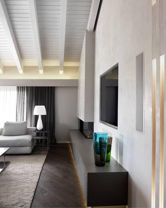 Soggiorno - dettaglio zona camino-tv: Soggiorno in stile in stile Moderno di Studio d'Architettura MIRKO VARISCHI