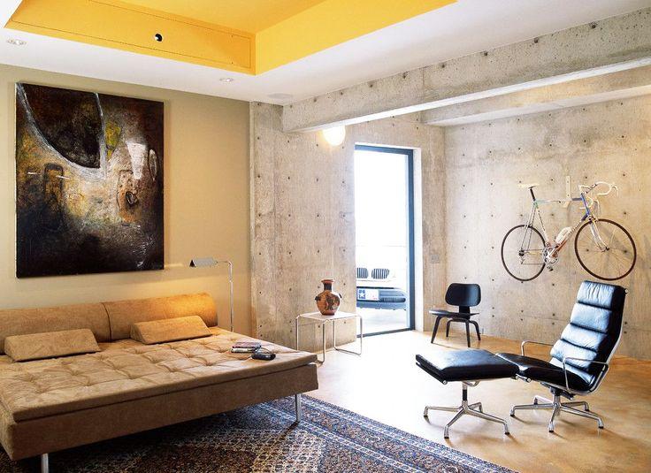 Краска водоэмульсионная для стен и потолков (63 фото): как правильно выбрать и нанести http://happymodern.ru/kraska-vodoemulsionnaya-dlya-sten-i-potolkov-63-foto-kak-pravilno-vybrat-i-nanesti/ Желтый потолок смотрится очень ярко и свежо