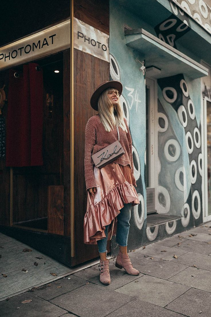 Rosa Layering Look - Hier findet ihr eine Auswahl an passenden rosa Pullis zum Nachshoppen: http://vickywanka.com/2017/11/yee-haw-urban-cowgirl-look/ #dressup #dressesup #outfitoftheday #hairdo #fashioninspo #dress #silkdress #pink #pinkdress #designerbag #karllagerfeld #hat #girlpower #volantdress #modeblogger #mode #fashion #instagram #instalook #hut #wintermode #fashion #fashionblog #fashionblogger #instablogger #streetstyle #outfitoftheday #pinksweater #sweater #knit #cosyknit…