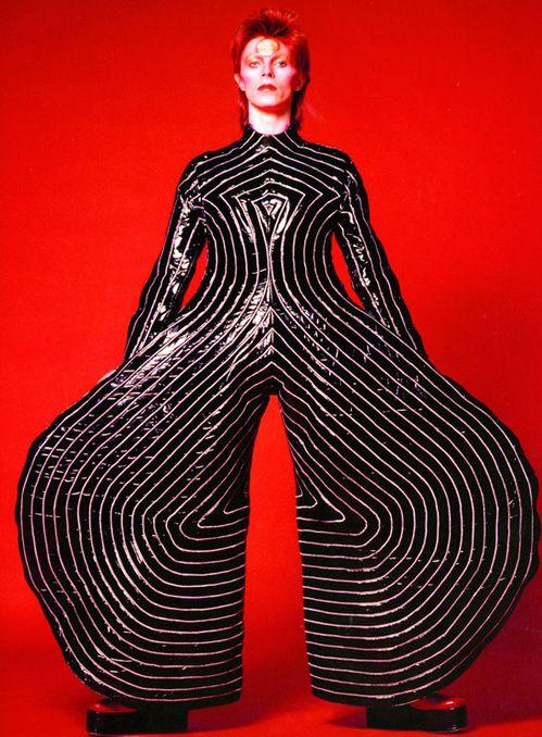 Shopping mode: David Bowie à l'honneur exposition David Bowie is Philharmonie de Paris http://www.vogue.fr/mode/shopping/diaporama/shopping-mode-david-bowie-lhonneur/18974/carrousel#shopping-mode-david-bowie-lhonneur-exposition-david-bowie-is-philharmonie-de-paris