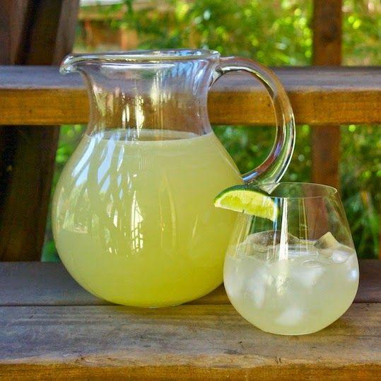 SCIROPPO DI LIMONI  INGREDIENTI: 500 gr di succo di limoni 420 gr di zucchero   Spremere i limoni e filtrare il succo con un colino in ...