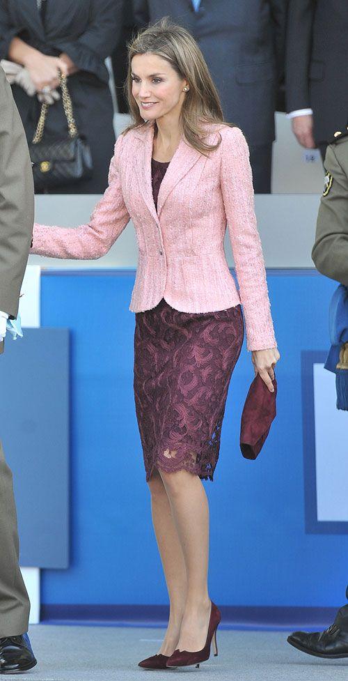 LETIZIA ORTIZ  La Princesa de Asturias presidió por primera vez el Desfile de las Fuerzas Armadas, en Madrid. Para la ocasión, combinó un ve...