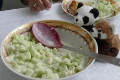 Melonen-Gurken-Salat, Küchengötter, Gu, Galiamelone, Salatgurke, Koriander, Salz, Pfeffer, Joghurt, Kreuzkümmel, Olivenöl, Zitronensaft, Minze, Rezept