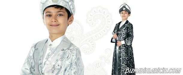 En Güzel Sünnet Çocuğu Kıyafetleri - http://www.bizkadinlaricin.com/en-guzel-sunnet-cocugu-kiyafetleri.html  Oğlunuz yakında sünnet olacak ve siz onun için kıyafet arayışına mı girdiniz? o zaman sünnet kıyafetleri 2015 modası resim galerimiz sünnet giysisi seçiminde size yardımcı olacaktır. Sünnet kıyafetlerinde seçenek çok, pelerinli olanlar, şehzade kıyafeti tarzı olanlar ve daha nicesi..Erkekliğe ilk adım sayılan sünnette oğlunuzun yakı