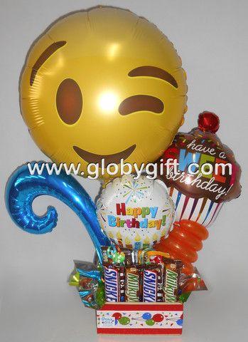 Arreglo cumpleañero muy coqueto con globos de emoji y chocolates.