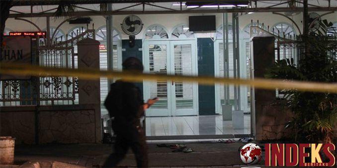 IndeksBeritaku - Berita hari ini adalah Sehari pascakejadian penyerangan di Masjid Falatehan, Kebayoran Baru, Jakarta Selatan, seorang petugas Dinas Sosial, Baca Selengkapnya:  http://indeksberitaku.com/cerita-saksi-melihat-brimob-guling-gulingan-ditikam-usai-salat/